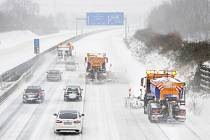 Odklízení sněhu z dálnice