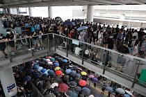 Prodemokratičtí demonstranti před mezinárodním letištěm v Hongkongu
