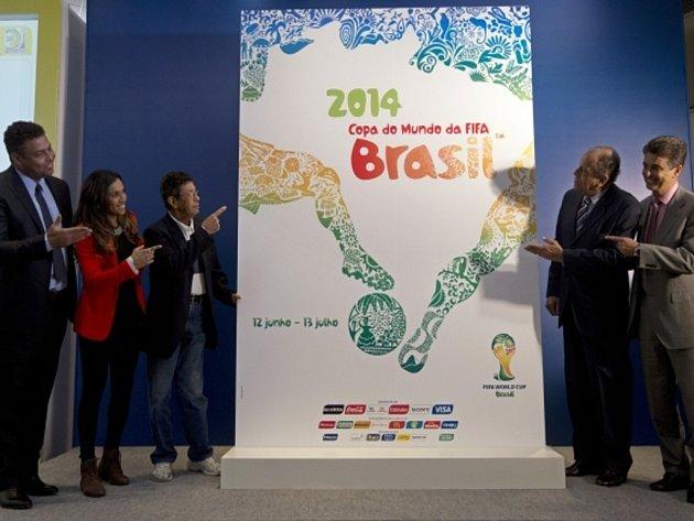Plakát pro fotbalové MS 2014 představili (zleva) bývalý slavný kanonýr Ronaldo, fotbalistka Marta a další někdejší fotbalisté Amarildo, Carlos Alberto Torres a Bebeto.