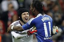 Fotbalisté Chelsea Petr Čech (vlevo) a Didier Drogba se radují z vítězství ve finále Ligy mistrů.