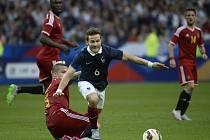 Yohan Cabaye z Francie (v modrém) proti Belgii.