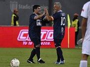 Fotbalové legendy Diego Maradona (vlevo) a Roberto Baggio během charitativní exhibice v Římě.