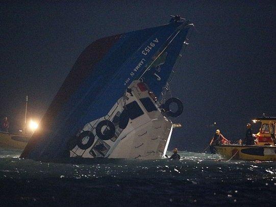 U třetího největšího hongkongského ostrova Lamma narazil trajekt do výletní lodi.