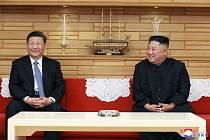 Čínský prezident Si Ťin-pching (vlevo) a severokorejský vůdce Kim Čong-un