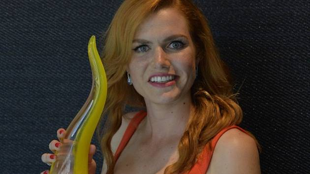 Biatlonistka Gabriela Koukalová představila 25. července v Praze skleněnou trofej pro české olympioniky, kterou sama navrhla.