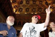 Americký režisér českého původu Miloš Forman a producent Saul Zaentz (vlevo).
