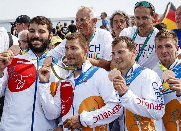 Český čtyřkajak slaví bronz na olympijských hrách v Riu.