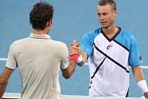 Bitvu dvou bývalých světových jedniček vyhrál Lleyton Hewitt (vpravo), ve finále turnaje v Brisbane porazil Rogera Federera.