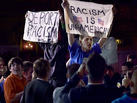 Protestujícím vadily Trumpovy rasistické názory.