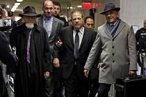 Harvey Weinstein, Arthur Aidala Soud na newyorském Manhattanu dnes začal projednávat ostře sledovanou kauzu hollywoodského filmového producenta Harveyho Weinsteina (uprostřed), který je obviněn ze sexuálního násilí. Vpravo jeho právník Arthur Aidala