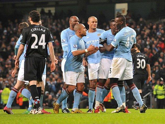 Kanonýr Manchesteru City Mario Balotelli (vpravo) slaví se svými spoluhráči hattrick proti Aston Ville.