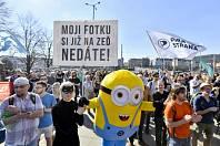 Desítky lidí se v Praze připojily k mezinárodnímu protestu proti chystané reformě Evropské unie o ochraně autorských práv na internetu.
