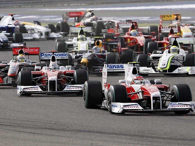 Skrumáž krátce po startu Velké ceny Bahrajnu. Vede Timo Glock v Toyotě.