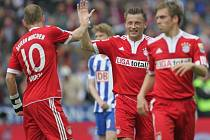 Fotbalisté Bayernu Mnichov se radují z gólu proti Herthe.