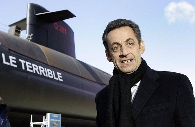 Francouzský prezident Nicolas Sarkozy pózuje před ponorkou s jadernými zbraněmi v přístavu Cherbourg v západní Francii.