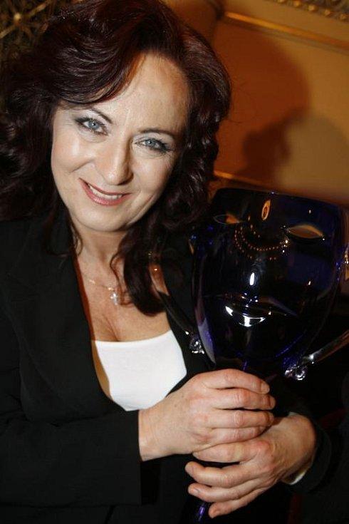 Herečka Simona Stašová obdržela cenu Thálie 2007 za roli Evy Nearové ve hře Drobečky z perníku, kterou ztvárnila v Divadle Antonína Dvořáka v Příbrami.