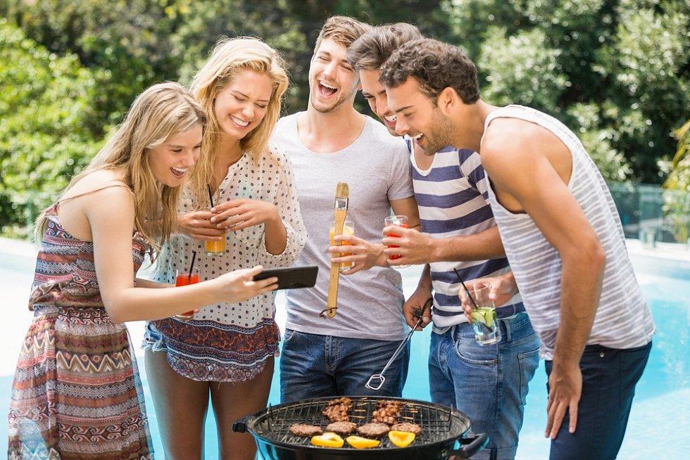 Řada Čechů se rozhodla strávit letní dovolenou v tuzemsku a na večery strávené u dobrého jídla se řádně připravují. Kdo shání kvalitnější gril, konkrétní značku, neměl by příliš otálet. Prodeje totiž trhají rekordy.
