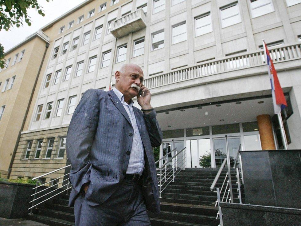 Luka Karadžič, bratr Radovana Karadžiče, před budovou Speciálního soudu v Bělehradě, kde je někdejší bosenskosrbský prezident vyslýchán.