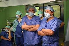 MUDr. Ph. D. Jiří Kočárek (vpravo) a Prof. Ph. D. Stefan Siemer po unikátní robotické operaci močového měchýře na půdě ÚVN v Praze