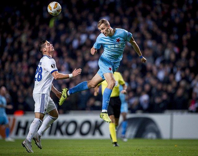FC Kodaň – SK Slavia Praha. Tomáš Souček odvrací míč před přihlížejícím Pierosem.