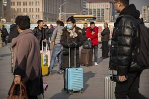 Cestující s rouškami v Pekingu