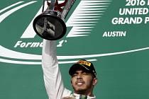 Lewis Hamilton s trofejí pro vítěze Velké ceny USA.
