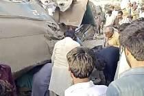 Srážka vlaků na jihu Pákistánu.