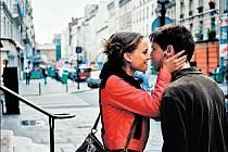 LÁSKA V PAŘÍŽI. Začínající herečka a nevidomý – Natalie Portmanová a Melchior Beslon v Tykwerově povídce.