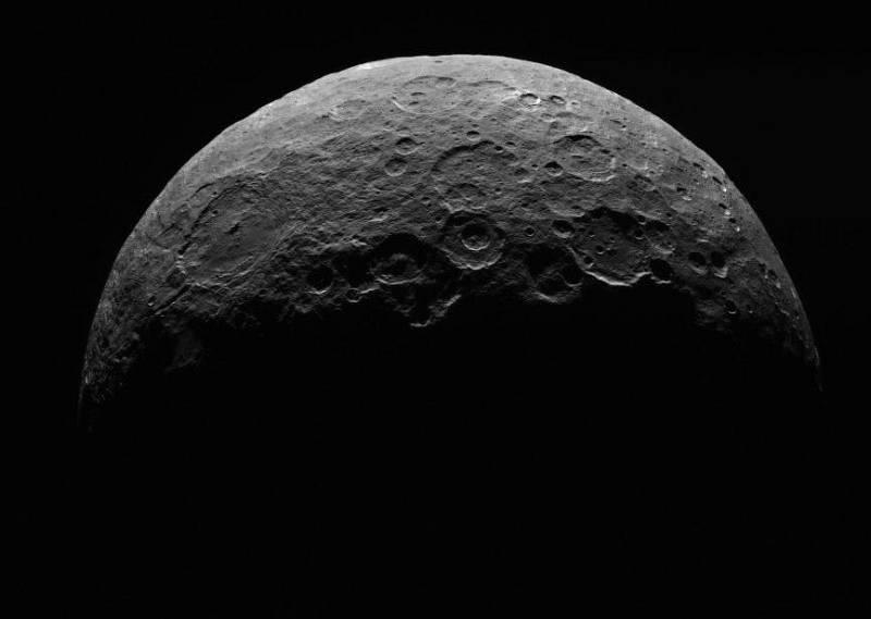 Snímek planety Ceres, pořízený kosmickou lodí Dawn od NASA ve dnech 24. až 26. dubna 2015 ze vzdálenosti 13 500 kilometrů