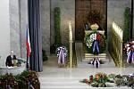 Poslední rozloučení s Valtrem Komárkem proběhlo ve strašnickém krematoriu v Praze. Sobotka