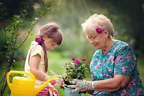 Babička hraje v životě dítěte důležitou roli.