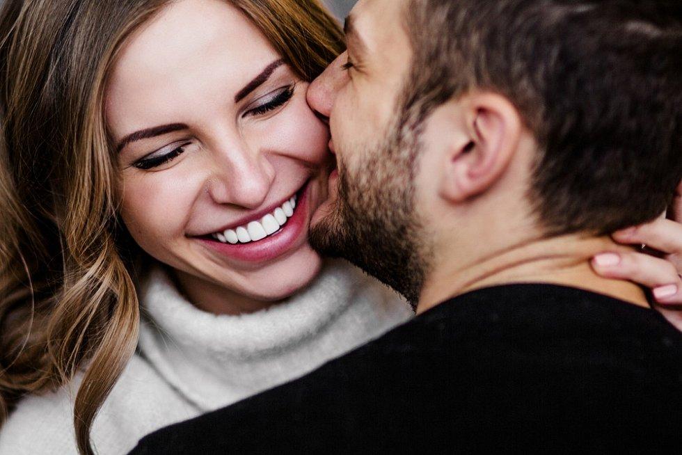 Lidé v průzkumu uvedli, že si za životního partnera nakonec vybrali člověka, který vůbec nebyl jejich vysněným typem, a že se rozhodli právě jen a jen na základě rozumu.