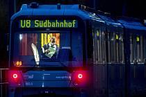 Řidič s rouškou v soupravě metra v německém Frankfurtu nad Mohanem.