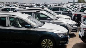Z hradeckého letiště je obří parkoviště pro vozy Škoda