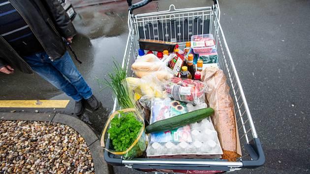 Supermarket, nákup, potraviny, roušky.