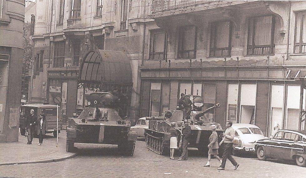 Hlavně sovětských tanků mířících do oken Ministerstva dopravy; 22. 8. 1968