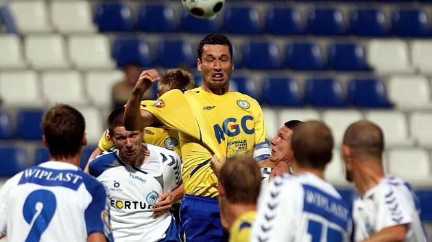 Končí. Teplický stoper Petr Lukáš neoblékne teplický dres v šesti zápasech kvůli tomu, že Müllerovi z Příbrami zlomil loktem čelist.