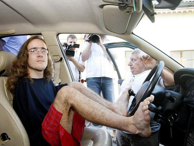 """Čerstý """"dospělák"""" Jakub Tomeš v pondělí získal řidičské oprávnění. Nebylo by na tom nic divného, kdyby měl ruce. Příroda mu je ovšem nenadělila. Osmnáctiletý Jakub z České Třebové musí řídit nohama."""