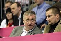 Marek Dalík, tehdejší blízký spolupracovník premiéra Mirka Topolánka, měl údajně v listopadu 2007 požadovat 18 miliónů eur (asi půl miliardy korun) za to, že česká vláda bude pokračovat v projektu nákupu obrněných vozů Pandur.