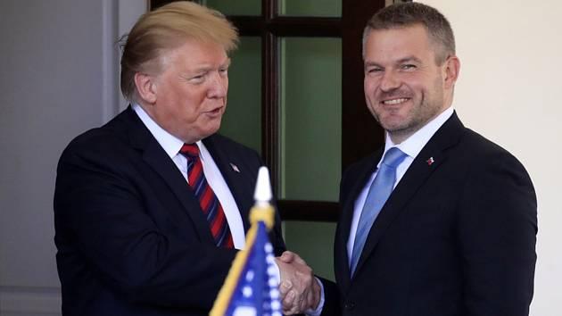 Prezident USA Donald Trump (vlevo) a předseda slovenské vlády Peter Pellegrini v Bílém domě ve Washingtonu.