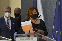 Zleva ministr dopravy a ministr průmyslu a obchodu Karel Havlíček (za ANO), ministr zdravotnictví Roman Prymula (za ANO) a ministryně financí Alena Schillerová (za ANO)