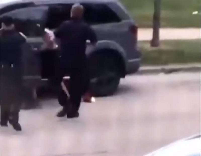 Ve chvíli, kdy se naklonil do auta a nebylo vidět jeho ruce, začali policisté střílet