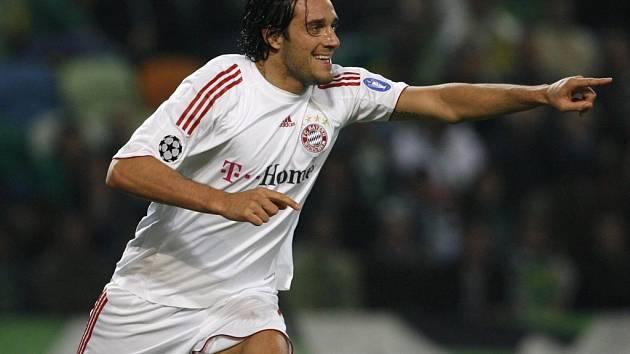 Luca Toni hájící dres Bayernu Mnichov slaví čtvrtý gól v brance Sportingu.