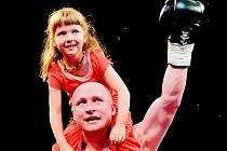 Boxer Lukáš Konečný po vítězném zápase se svou dcerou Andulkou.