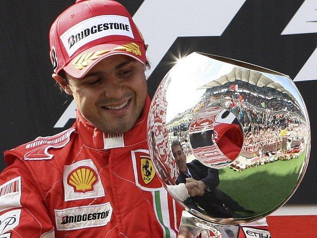 Brazilec Felipe Massa se raduje z vítězství ve Velké ceně Turecka.