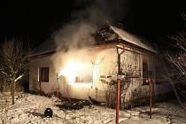 Dramatická situace se odehrála v pátek 31. prosince nad ránem v Návojné na Valašskokloboucku. Tam hořel rodinný domek, v němž bydlela mladá rodina s dítětem. Matka i batole nakonec skončily v nemocnici.