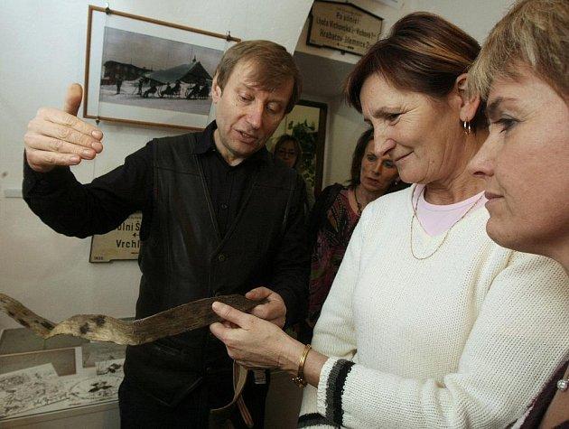 Ředitel Krkonošského muzea v Jilemnici Jan Luštinec zahájil poutavou přednáškou výstavu o historii lyží a lyžování v Česku v prostorách Informačního centra v Chrastavě.