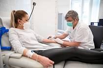 MUDr. Petr Novák, vedoucí lékař Chirurgické ambulance B. Braun Brno-Josefská při aplikaci vitaminové infuzní terapii.