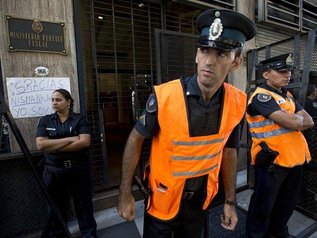Argentina má podezření, že za Nismanovou smrtí stáli propuštění agenti argentinských zpravodajských služeb. Vláda označila Nismanovo obvinění za absurdní.