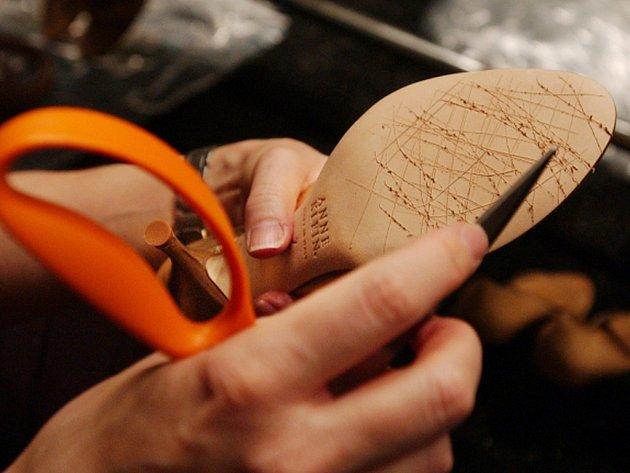 Se stárnutím populace bude podle tajemnice České obuvnické a kožedělné asociace Vlasty Mayerové přibývat obuvníků a ševců, kteří budou šít obuv na zakázku přesně podle požadavku zákazníka. Ilustrační foto.